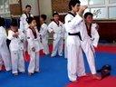 教练教导学员踢腿动作-12.8.8跆拳道三队