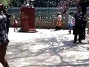 翠湖公园里跳傣舞的俊俏小男生