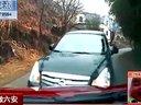 监控  两车弯道处违规抢行 惨烈相撞 车上儿童重伤不治