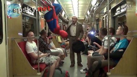 超恶搞:来围观现实版蜘蛛侠,路人看傻了
