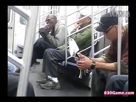 地鐵拍到不可思議的擦鞋方式