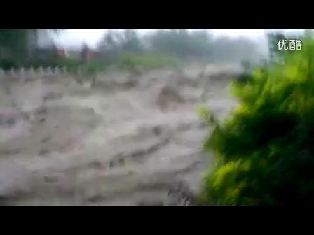 北京遭遇61年来最大暴雨 实拍燕山洪水冲走汽车