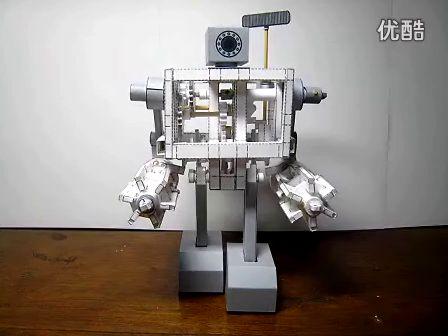 技术宅!牛人自制可行走重兵器纸制机器人(2视频)