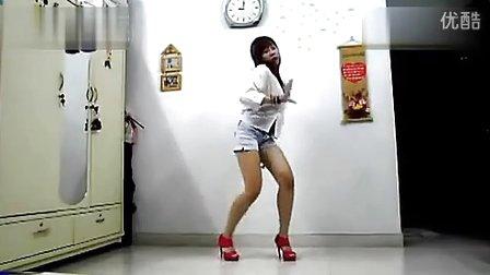 短裙性感美女在家热舞诱惑自拍
