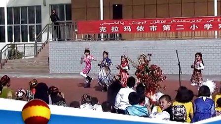 2013年克拉玛依市第二小学师生欢庆诺肉孜节