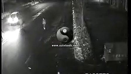 行人过街被汽车瞬间撞飞