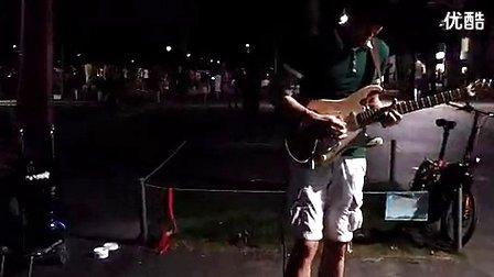 这绝对是中国大街上技术最牛逼的电吉他手!深圳街头艺人
