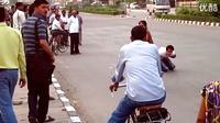 令人震惊的人性实验:印度街头流血男子求助无人理睬
