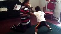 一个练拳击的五岁小男孩。。。气势逼人啊!
