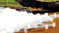 卡车引擎爆炸时产生的烟圈好美