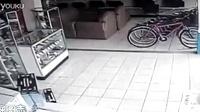 哥斯达黎加女窃贼13秒偷走一台平板电视