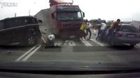 太可怕了!过马路的时候一定要小心