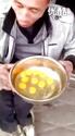 愿赌服输!打赌输了一口气喝下21个生鸡蛋。。。
