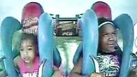 两个小朋友玩游乐场刺激项目时,以为要死了互留遗言