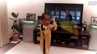 日本五岁小男生表演李小龙《死亡游戏》的招式,简直炫酷