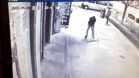 男子暴打扫地男童!小孩在街上清扫垃圾忽然被暴打