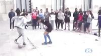 少年街头欲秀球技却被女友打败