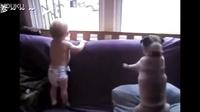 小宝宝和汪星人见到粑粑回家时欣喜若狂的反应