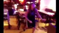 外国妹子在街上随便逮个帅哥就上去强吻!