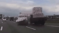 小車找大貨車翻臉不懼不畏, 結果被大貨車打得鬼鬼祟祟
