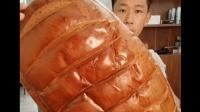 小伙狂吃巨型大面包, 夠我吃一個月了!