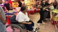 洪金寶坐輪椅買菜 膝蓋剛動完手術依然熱愛下廚