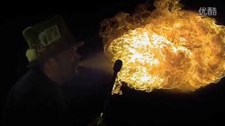 另类美学:慢镜头展示口中喷出火焰瞬间